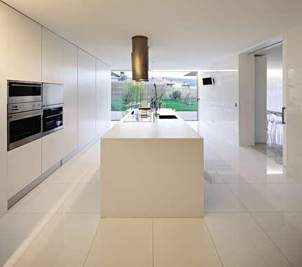 Valongo House: Cozinhas modernas por CNLL