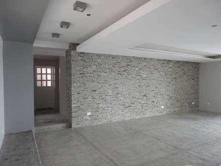 Salón principal: Salas / recibidores de estilo minimalista por MARATEA Estudio