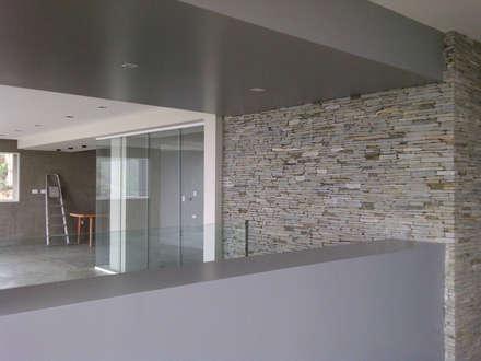 Vista desde el comedor: Salas de entretenimiento de estilo minimalista por MARATEA Estudio