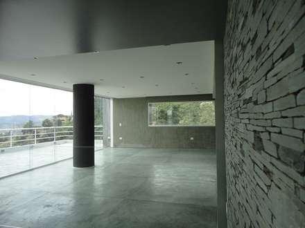 Sala de entretenimiento & Bar: Salas de entretenimiento de estilo minimalista por MARATEA Estudio