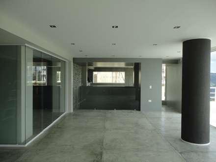 Sala de entretenimiento. Vista hacia el comedor: Salas de entretenimiento de estilo minimalista por MARATEA Estudio