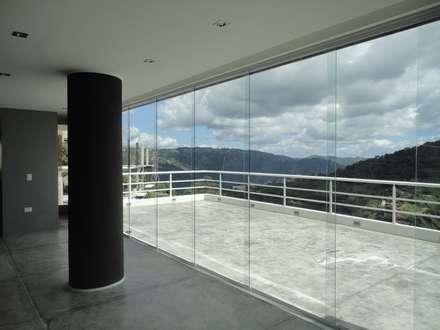 Sala de entretenimiento & Bar. Vista hacia la terraza: Terrazas de estilo  por MARATEA Estudio