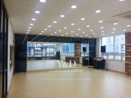 GX룸 내부: 와이앤디자인의  피트니스