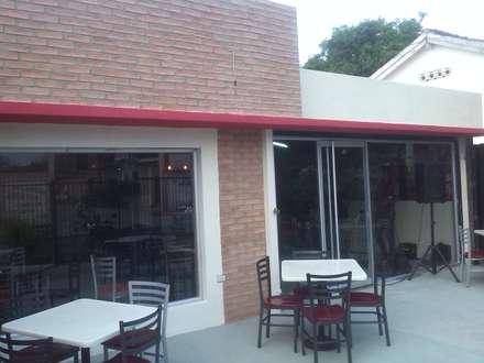 Pantalla y Elementos Horizontales en la Fachada Principal: Restaurantes de estilo  por Arq. Alberto Quero