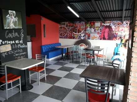 Paredes de Rojo y Techo  negro: Restaurantes de estilo  por Arq. Alberto Quero