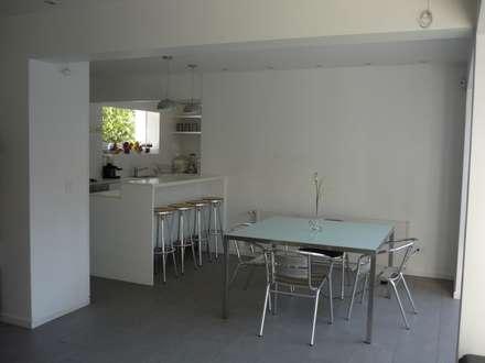 Casa Infanti: Comedores de estilo minimalista por Claudia Tidy Arquitectura