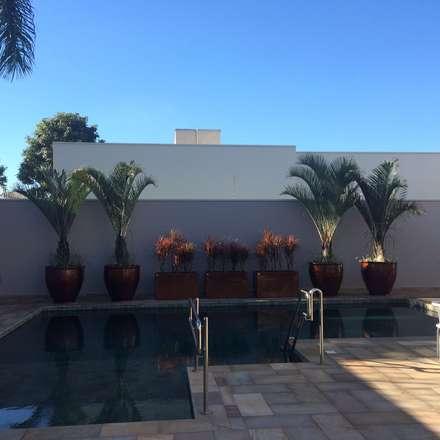 Casa A.Z.: Jardins tropicais por Eneida Lima Paisagismo