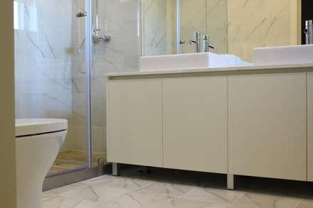 Remodelação Apartamento Estação: Casas de banho minimalistas por Criat Unipessoal Lda