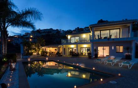 Fachada: Casas de estilo colonial de Home & Haus | Home Staging & Fotografía