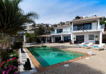 Terraza y piscina: Casas de estilo colonial de Home & Haus | Home Staging & Fotografía