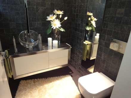 A harmonia linear...: Casas de banho minimalistas por UrbQuality Lda