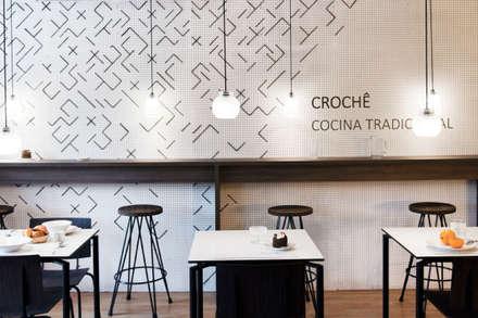 CROCHE , RESTAURANTE TRADICIONAL : Locales gastronómicos de estilo  de Studio Transparente