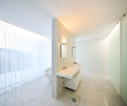 Valongo House: Casas de banho modernas por CNLL