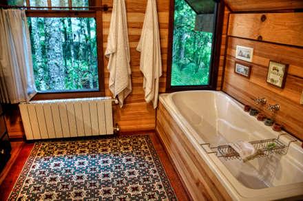 Casa Pinus: Banheiros rústicos por CABRAL Arquitetos