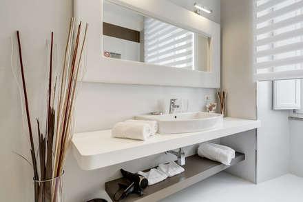 GuestHouse Cola di Rienzo: Bagno in stile in stile Moderno di Luca Tranquilli - Fotografo