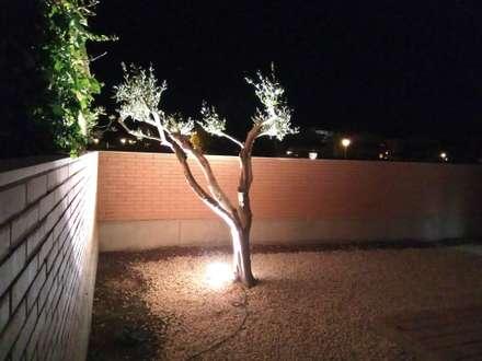 Patio trasero de noche: Jardines de estilo mediterráneo de Home Staging Tarragona - Deco Interior