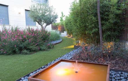 SENDERO DE CÉSPED ARTIFICIAL Y FUENTE : Jardines de estilo moderno de TERESA JARA - ESTUDIO DE PAISAJISMO