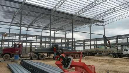 Estructura Metálica: Bodegas de estilo industrial por CONSTRUCCIONES 2AM S.A.S.