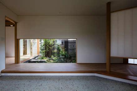 ある画家のアトリエ: 乗松得博設計事務所が手掛けた玄関・廊下・階段です。