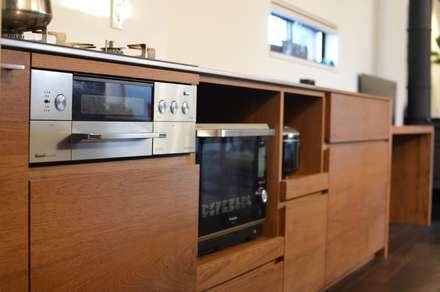 オーダーキッチンで家電製品をスッキリと収納します。: FrameWork設計事務所が手掛けたキッチンです。
