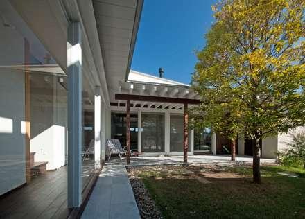 中庭から外観を見る。: FrameWork設計事務所が手掛けた家です。