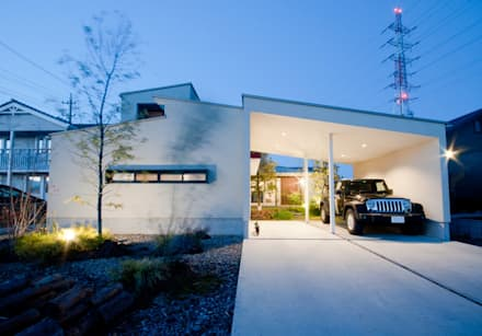 夜の外観: FrameWork設計事務所が手掛けた家です。