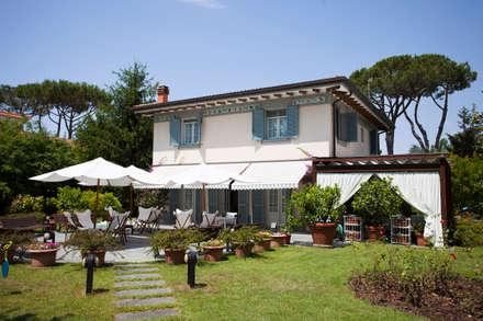 Villa a Forte dei Marmi: Case in stile in stile Classico di studio.valeriani