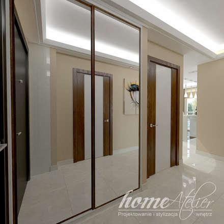 Barwy współczesności: styl , w kategorii Korytarz, przedpokój i schody zaprojektowany przez Home Atelier