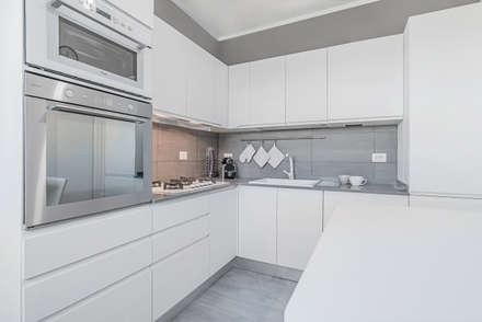 Ristrutturazione appartamento di 82 mq a Milano, San Siro: Cucina in stile in stile Moderno di Facile Ristrutturare