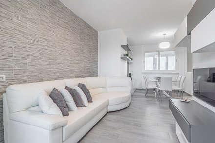Ristrutturazione appartamento di 82 mq a Milano, San Siro: Soggiorno in stile in stile Moderno di Facile Ristrutturare