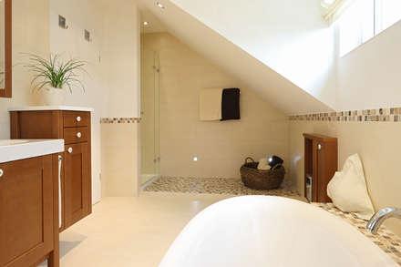 Bad im skandinavischen Landhaus Stil: skandinavische Badezimmer von Bulling - Die Badspezialisten