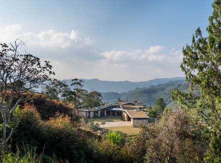 Exterior: Casas de estilo rural por OPUS