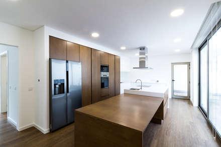 Habitação unifamiliar completa: Cozinhas modernas por HC Interiores