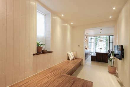 전주인테리어 디자인투플라이 - 킨포크 스타일의 전주한옥마을 안녕제제 게스트하우스: 디자인투플라이의  거실