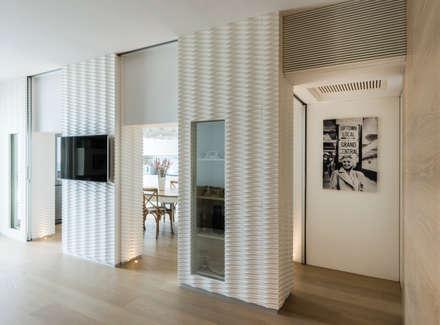 visioni da mare: Sala multimediale in stile  di marco tassiello architetto
