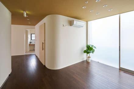 川越のグループホーム: 山本晃之建築設計事務所が手掛けた壁・フローリングです。