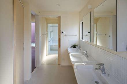 川越のグループホーム: 山本晃之建築設計事務所が手掛けた浴室です。