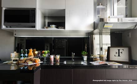 Kitchen Cabinet and Shelves:  Dapur by Flux Interior