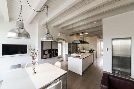 recupero funzionale: Cucina in stile in stile Mediterraneo di marco tassiello architetto