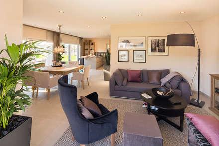 NEO - Modernes Fertighaus mit Charakter: moderne Wohnzimmer von FingerHaus GmbH