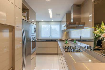 ÁREA DE VIVER - COZINHA: Cozinhas minimalistas por Leticia Athayde Arquitetura