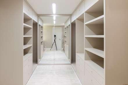 Closets de estilo minimalista por Leticia Athayde Arquitetura