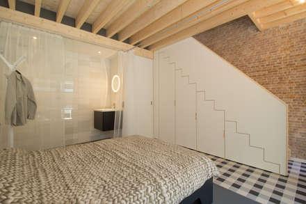 Hofjeswoningen Westeinde: industriële Slaapkamer door studio suit