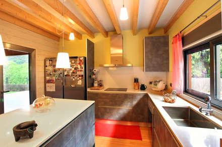 RUSTICASA | Casa em La Garriga | Barcelona: Armários de cozinha  por Rusticasa