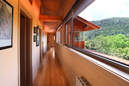 RUSTICASA | Casa em La Garriga | Barcelona: Corredores e halls de entrada  por Rusticasa