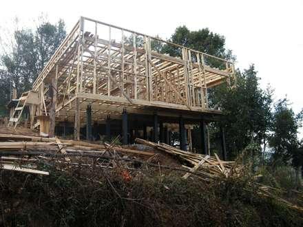 CASA SWAST: Paredes y pisos de estilo moderno por lof arquitectura y construcción