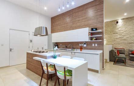 CASA ALEGRA: Cocinas de estilo moderno por SANTIAGO PARDO ARQUITECTO