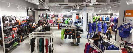 Remodelación adidas Plaza Alameda: Oficinas y Comercios de estilo  por Super A Studio