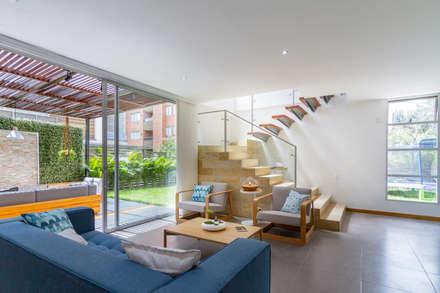 Sala Casa Mediterránea: Salas de estilo moderno por Adrede Diseño