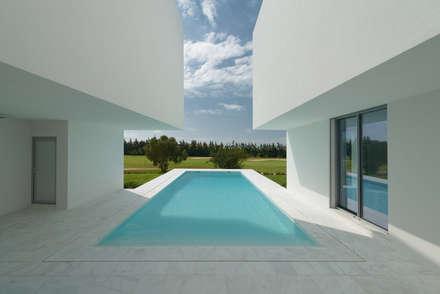 Entre dois Muros Brancos: Piscinas modernas por Corpo Atelier